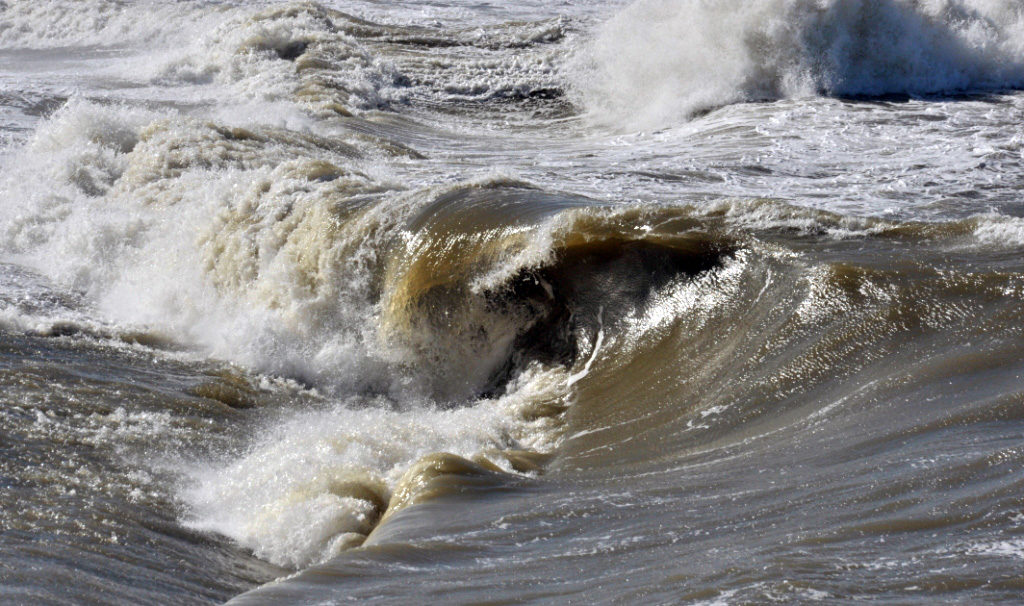 Wellen am Deckwerk
